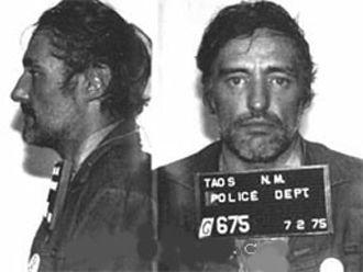 70li yılların ortalarında sarhoş ve suçlu bir Dennis Hopper. Kendisi şimdi Bushçu!